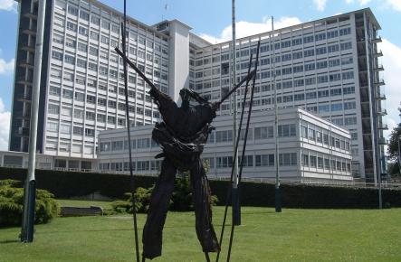 Voorgevel van Antwerpen Middelheim met standbeeld in voorgrond